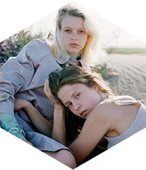 Una exposición fotográfica y un fashion film presentan la colección de ropa Ikebana